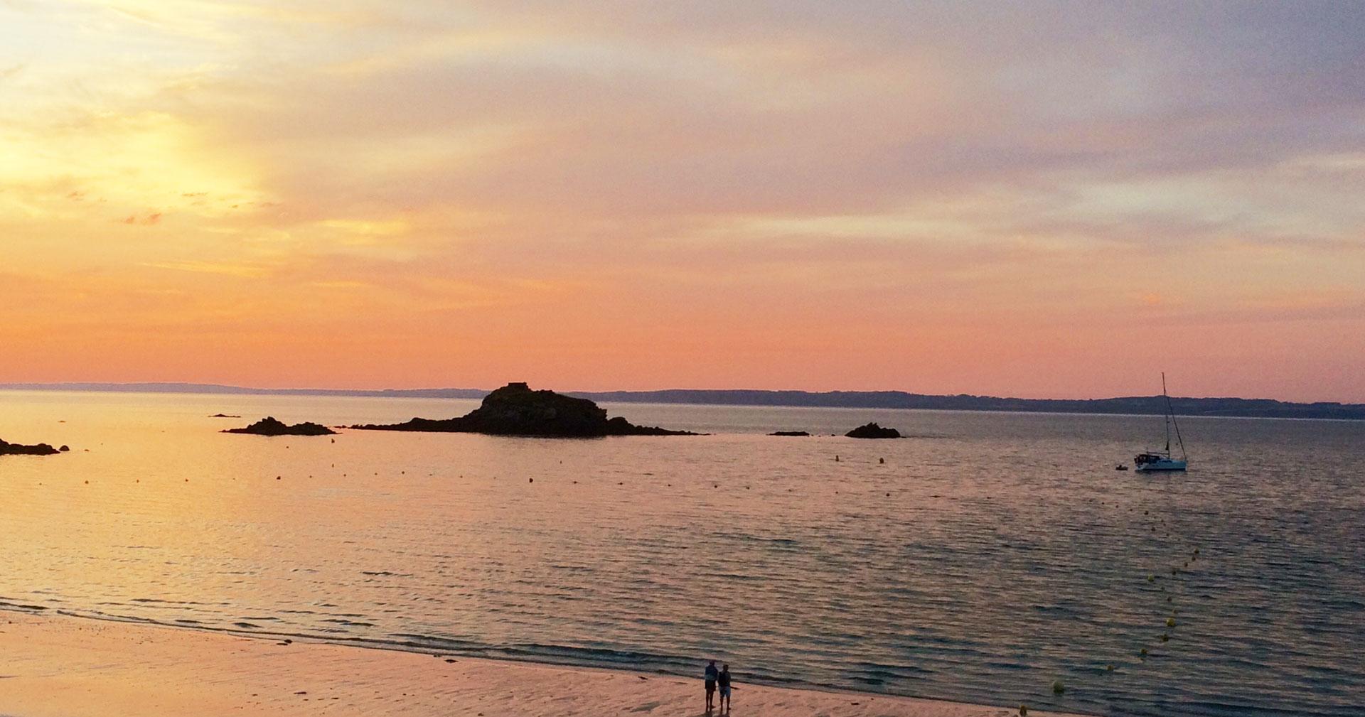 Vue de l'appartement sur un voilier au coucher du soleil sur la plage - GlazOcean.com