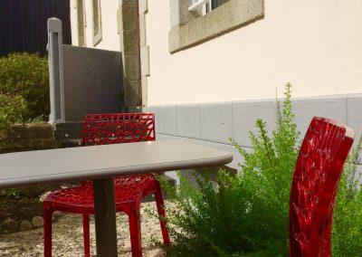 Table et chaises dans la cour