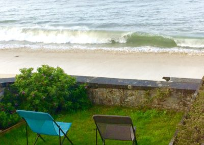 Une vague devant le jardin de la Villa Glaz Ocean