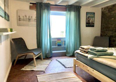 La chambre principale au rez de chaussée du Beach House a un accès direct au jardin et à la plage.