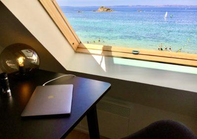 Sur la première mezzanine du Beach House se trouve un coin de lecture ou de travail avec une vue sur l'ocean et la plage.